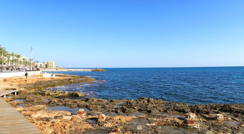 Kanske är det semester att slå sig ner på strandpromenaden i Torrevieja och blicka ut över havet.