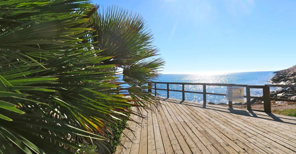 Sol och hav möts på piren i Torrevieja