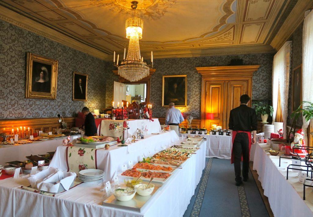 Här på Karlslund förbereds julbordet noga och allt som serveras är fräscht och vackert upplagt.