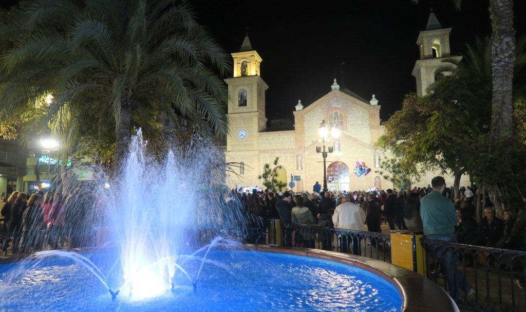 Många samlas på kyrktorget i Torrevieja för att vara med denna sista dag av årets skyddshelgonfest