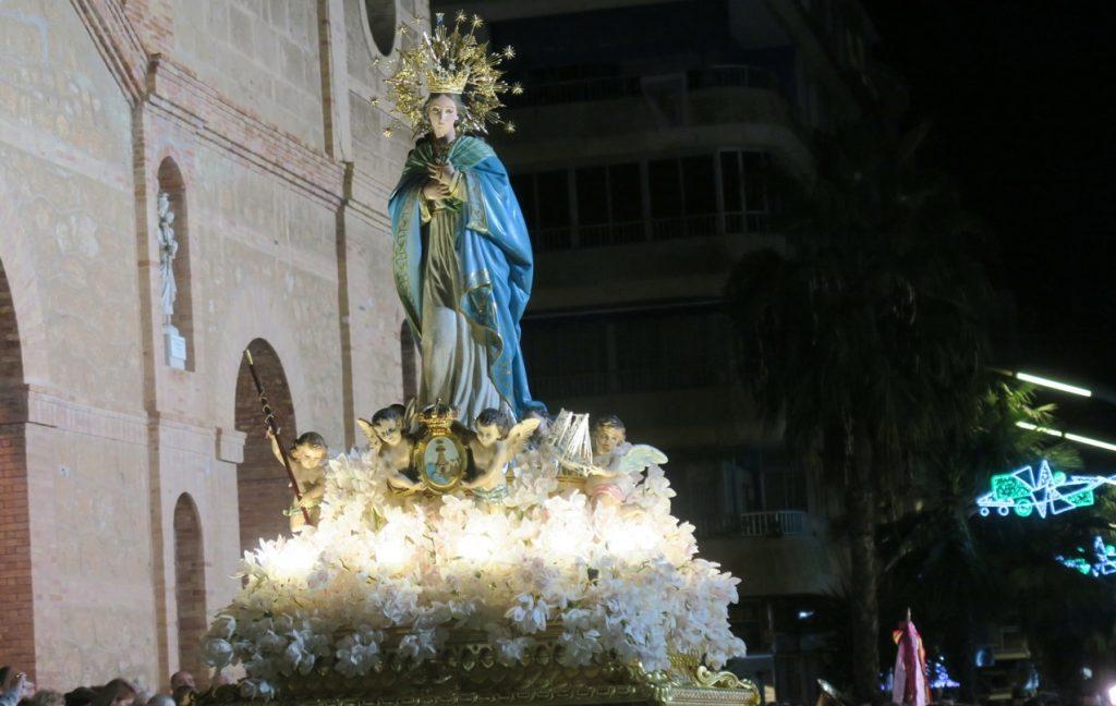 Torreviejas skyddshelgon, Inmaculada Concepcion, bärs ut ur kyrkan denna sista dag på årets skyddshelgonfest.