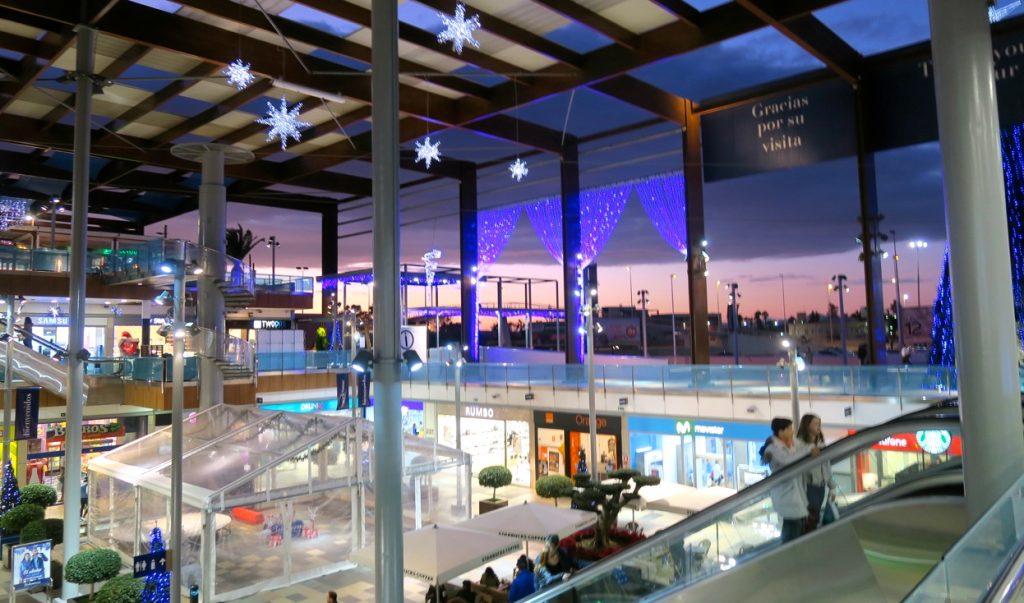 I väntans tider inför jul är det fint att se den vackra belysningen i vårt närbelägna shoppingcentra.