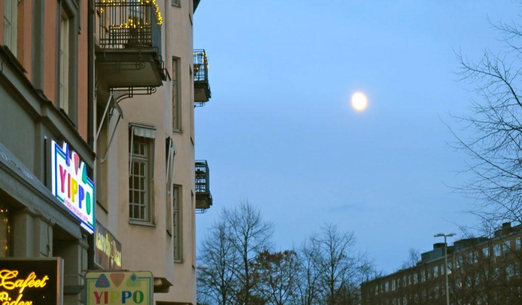 Månen hälsar vänligt på mig dagen före nyårsafton Här på Ringvägen i Stockholm.
