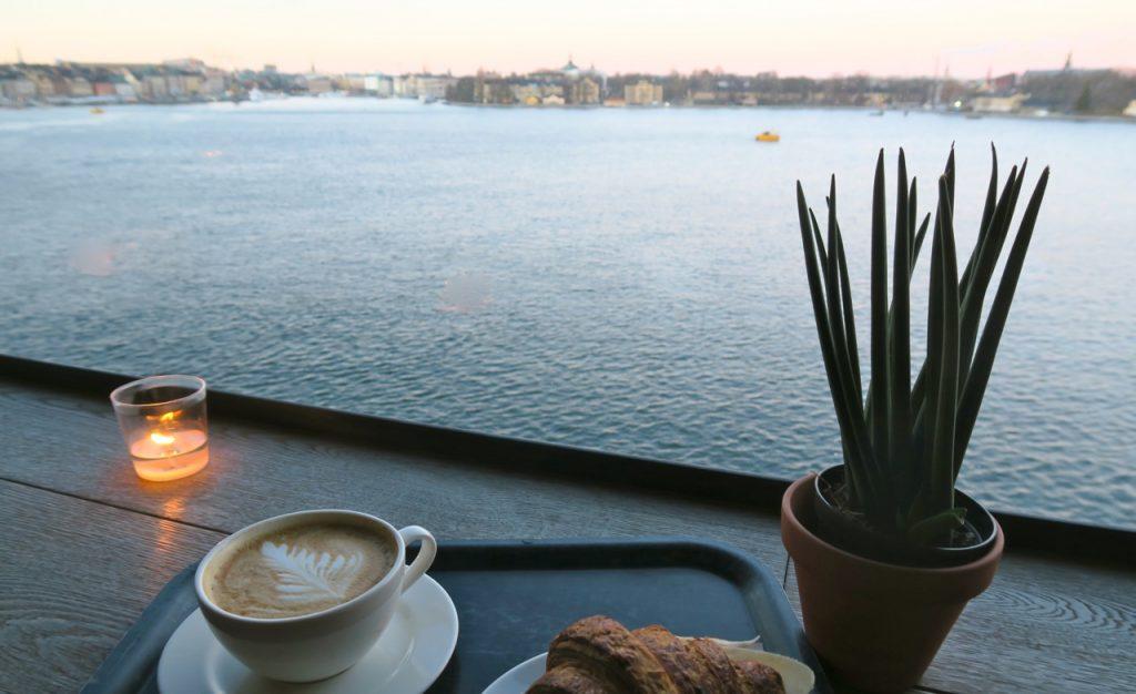 Skymningen sänker sig snabbt över Stockholm. Vacker utsikt mot stan från Fotografiska museet.