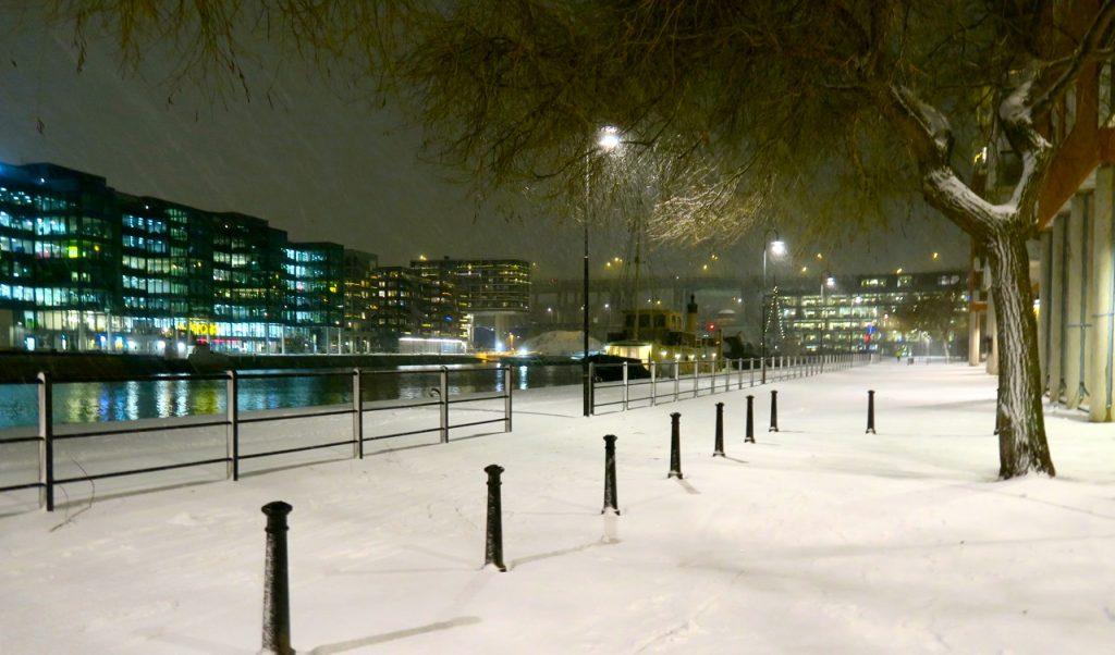 Upplysande och uppiggande med lite snö i Stockholm. Här på Södermalm. norra Hammatbyhamnen-