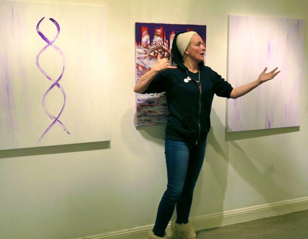 Regina Lund presenterar sina målningar och berättar om dem.