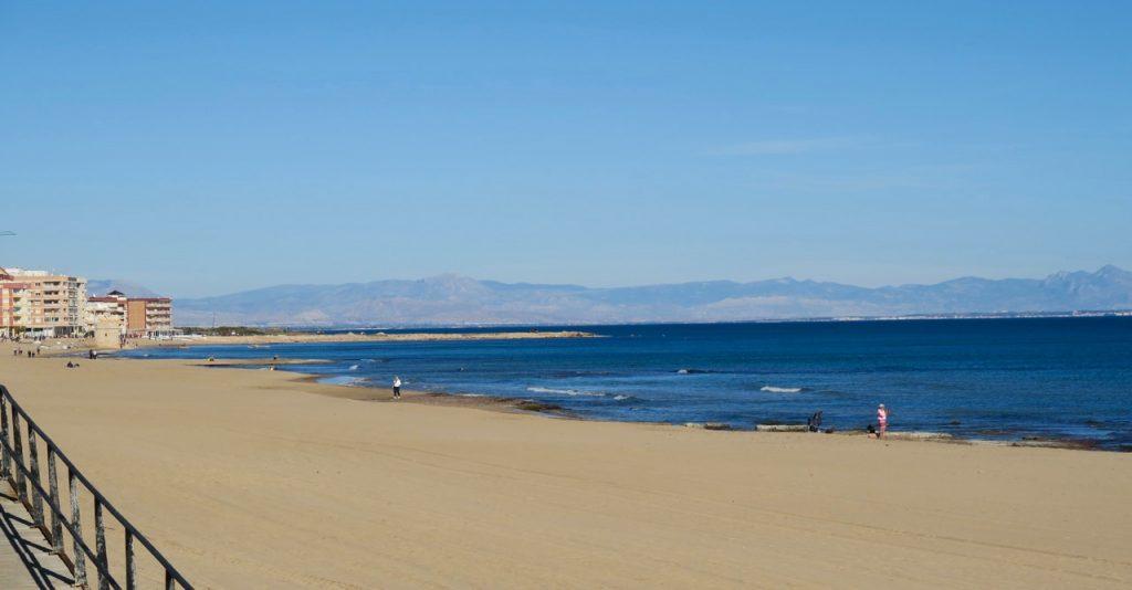 Gångvägen längs havet mot La Mata är nu reparerad och visst är det njutbart att gå här.