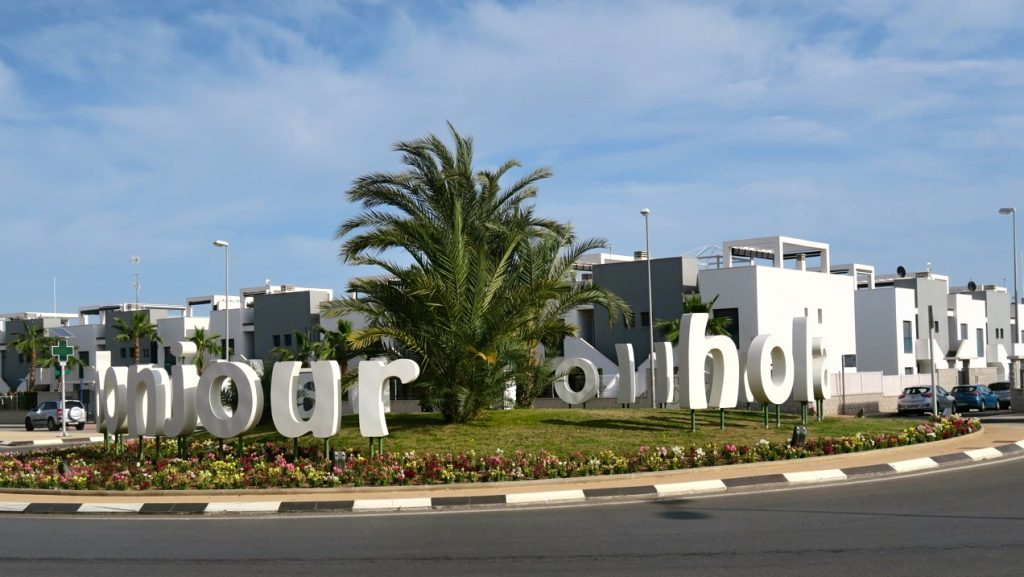 En skyltkavalkad på olika språk önskar en välkommen till shoppingcentrat La Zenia Boulevard. La Zenia