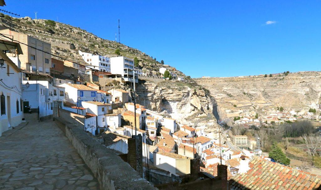 Grotthusen i den spanska byn Alcalá del Júcar klättrar uppför bersväggarna.