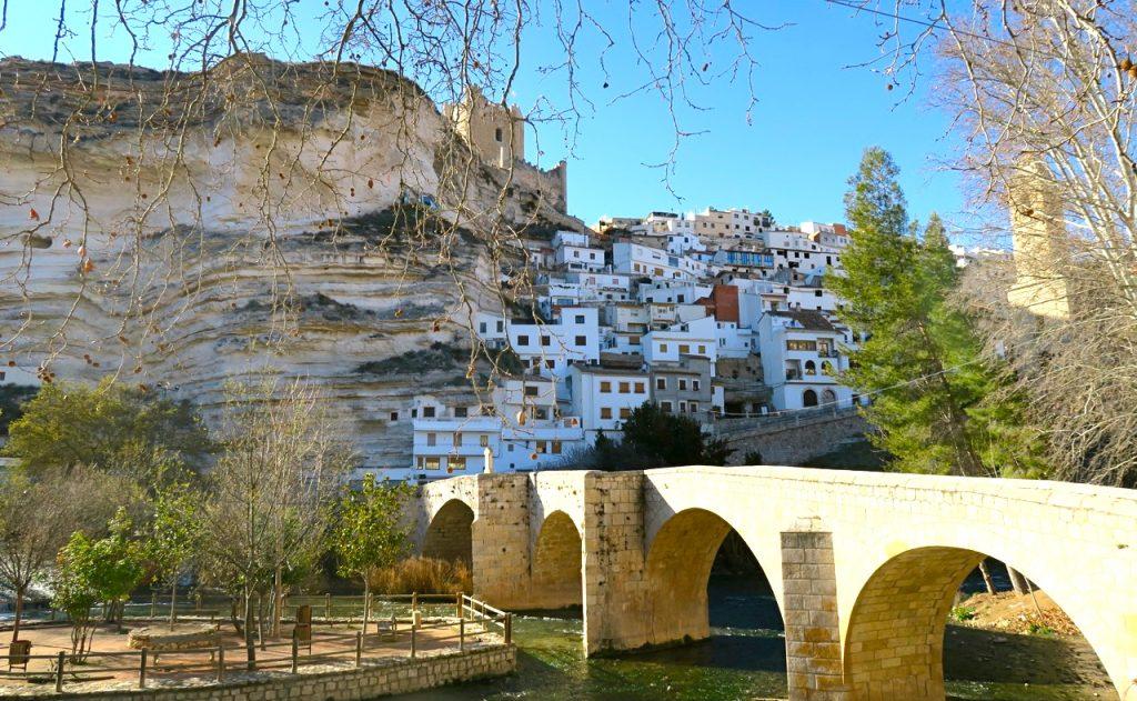 I byn Alcalá del Júcar klättrar grotthusen uppför bergsväggen och här ligger också djävulens grotta.