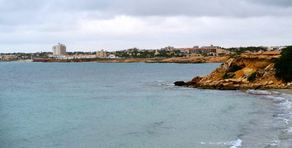 En tur till fots längs stränderna i Punta Prima.