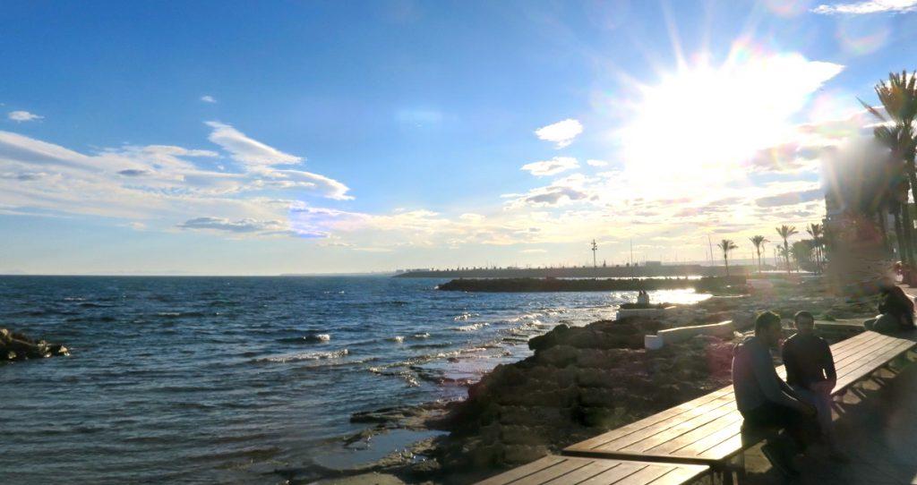 Omväxlande promenader längs havet i Torrevieja blir det många av.