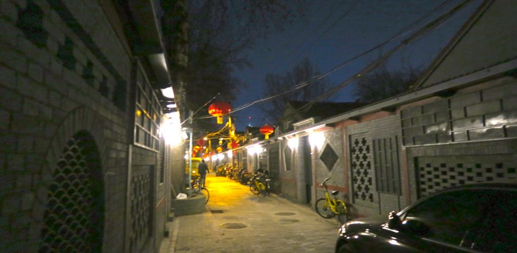 Gammal möter nytt i kvarteret där vi nu bor i Peking.