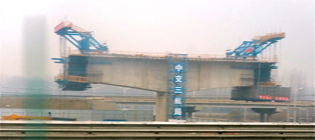 DEt byggs en ny snabbtåglinje från peking till Harbin i norra kIna inför vinter OS 2022. Dock en grovt sudddig bild.