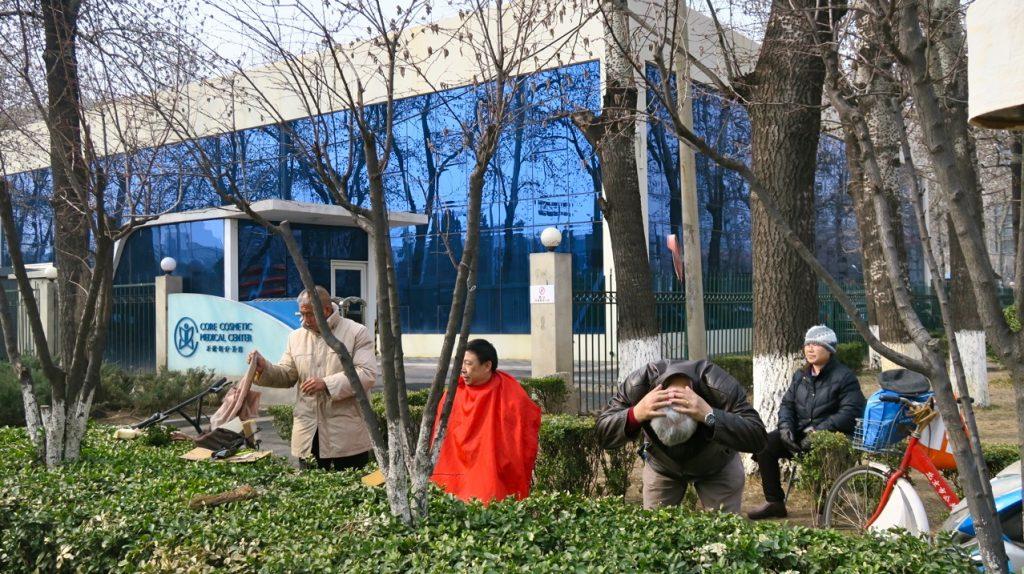 Bilder från just här och nu är lätta att fånga i Peking. Ambulerande frisör.