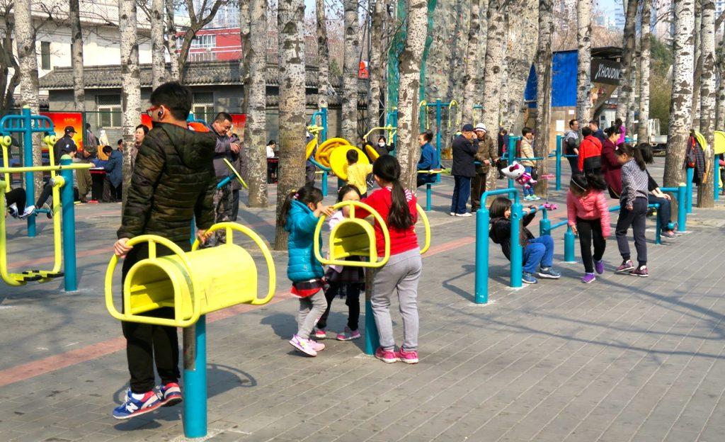 Aktiviteten är stor i Pekings parker. Särskilt på helgerna.