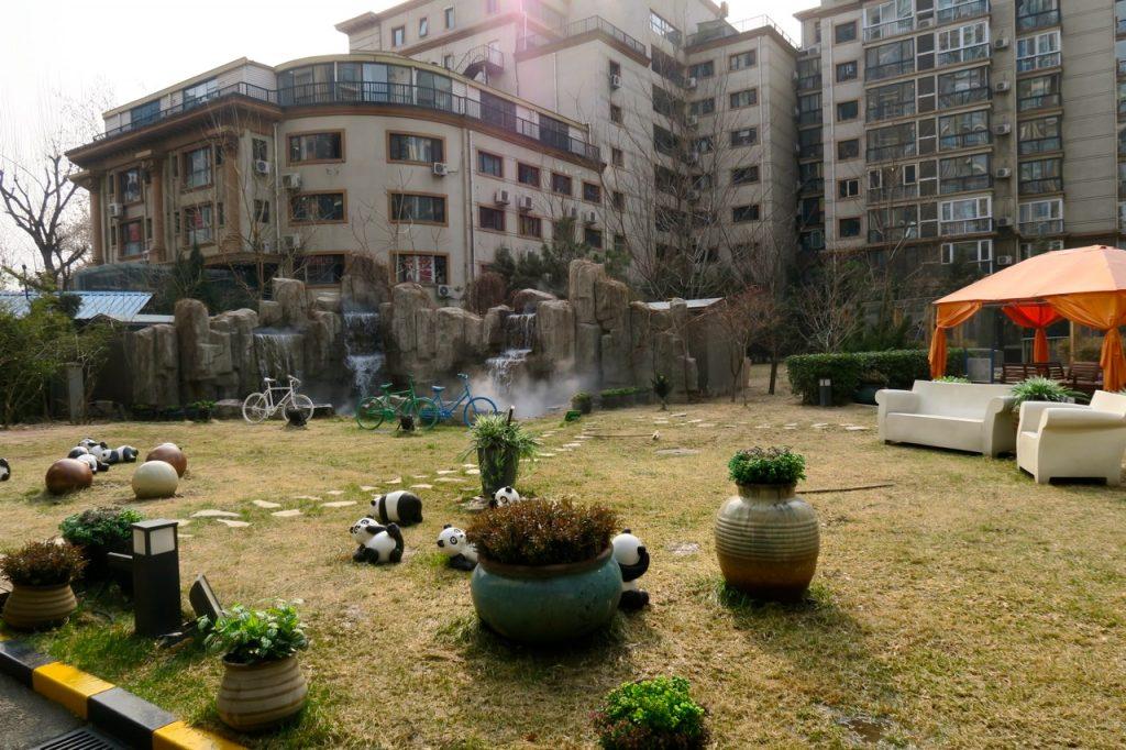 Hotellet Holiday Inn Express Dong Zhimen i Peking har en trevlig innergård med sittgrupper.