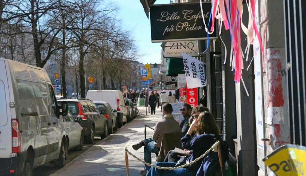Mysig utevistelse på caféerna längs Ringvägen på Söder.