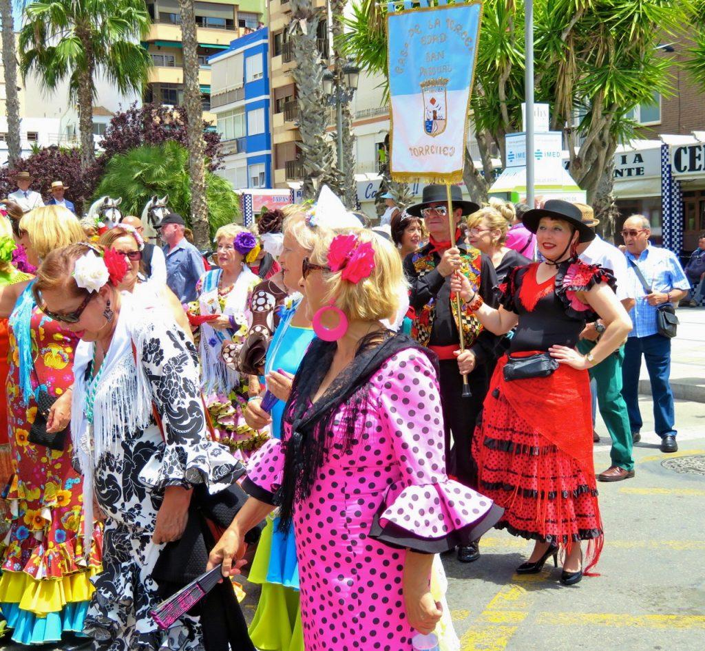 """Festligt var det när gårdagens """"sevillanas""""parad drog genom Torreviejas gator."""