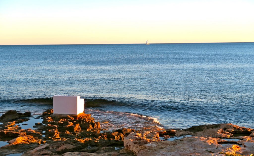 NJutbart vid havet i Tottevieja en kväll då symningen faller. Och färgen är blå.