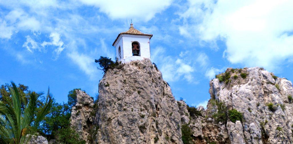 Från klocktornet i Guadalest på sin klippa har man en vacker vy över dalen.