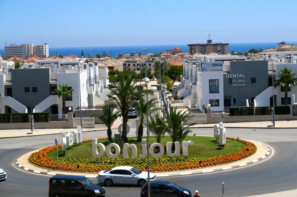 Här vid rondellen stannarden buss som går till Torrevieja och vill man åka söderut längs kusten är det samma hållplats.