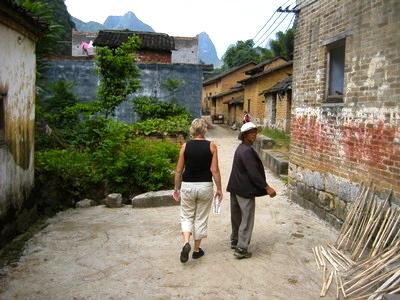 Ute och går i en liten by i södra Kina.