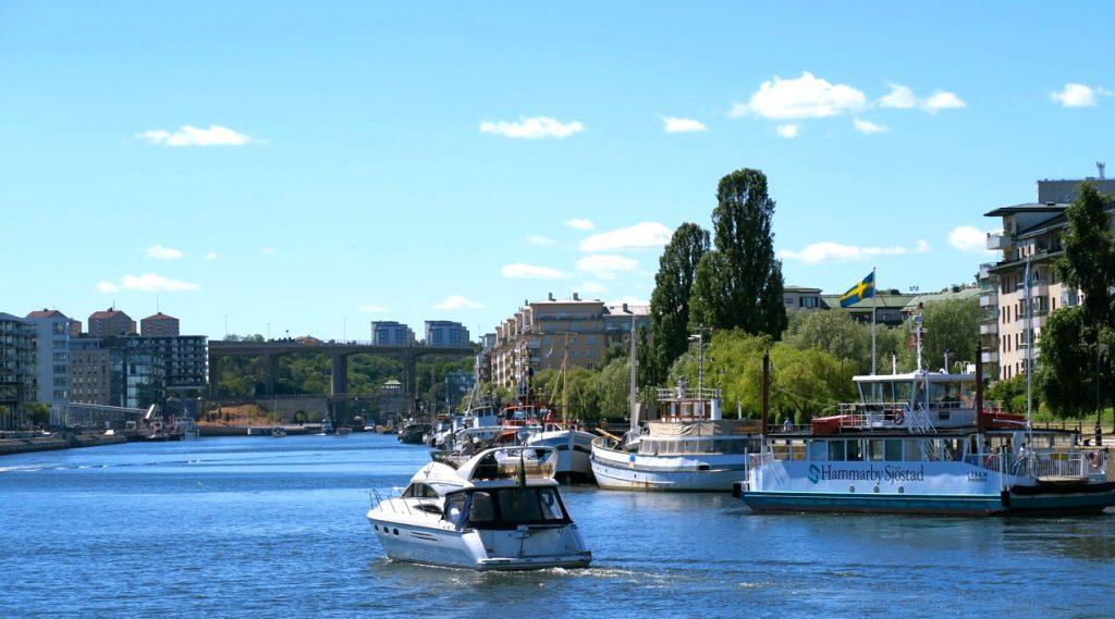Visst är stan, Stockholm, full av vatten. Här Saltsjön och Hammarbykanalen.