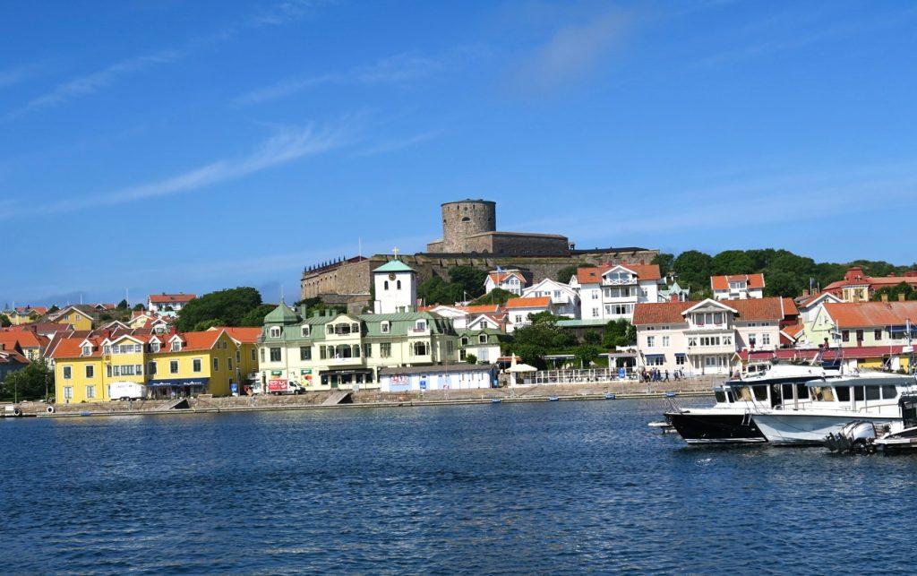 Marstrand och Carrlstens fästning på höjden.