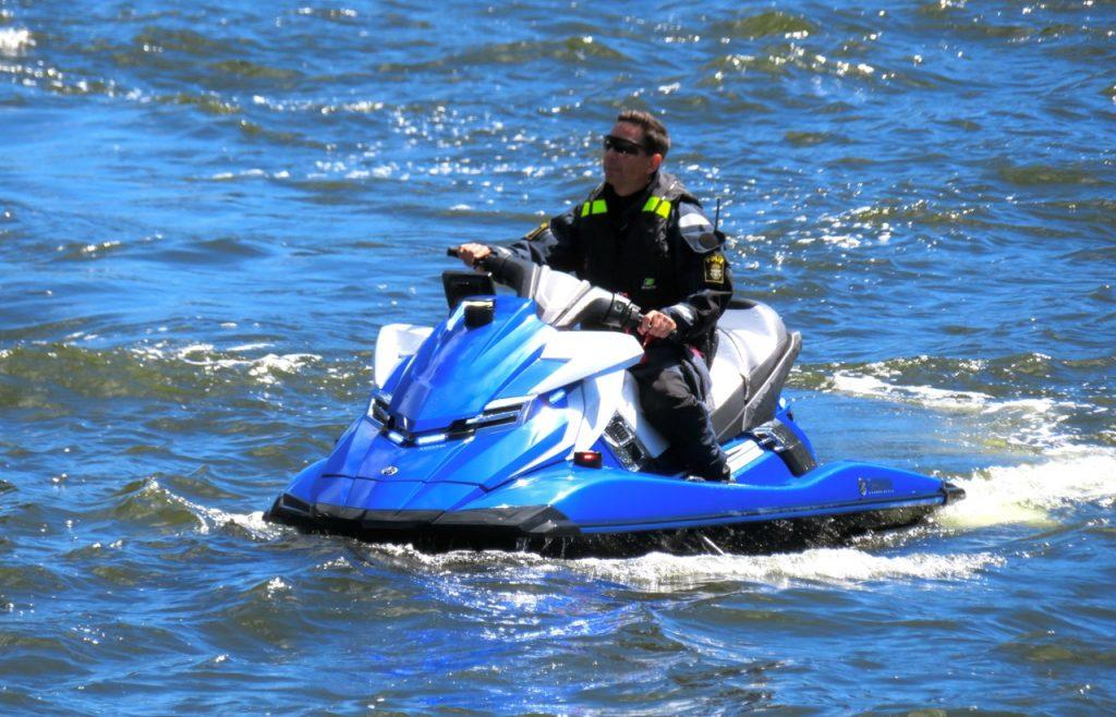 Även polisen visar lite action till sjöss.