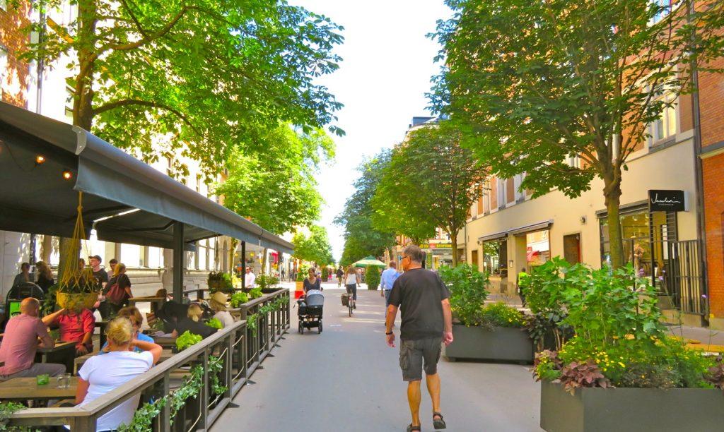Gatuliv i Sommarstockholm. Gågatorna har ökat.