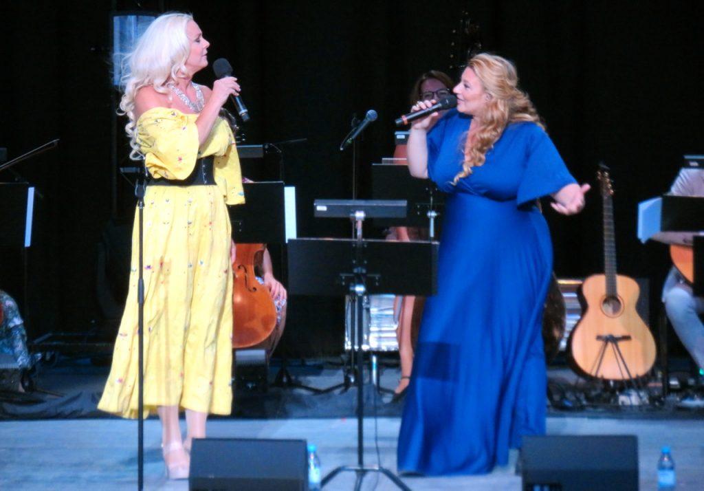 """Öppningsnumret på Dalhalla """"Sverge"""" skriven av Kent och här är det Sarah Dawn Finer och Malena Ernman som sjunger."""