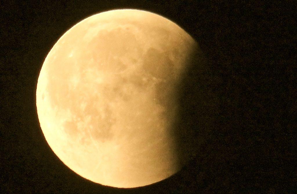 Jakten på månförmörkelsen är över för denna gång. Och någon blodmåne såg jag inte till.