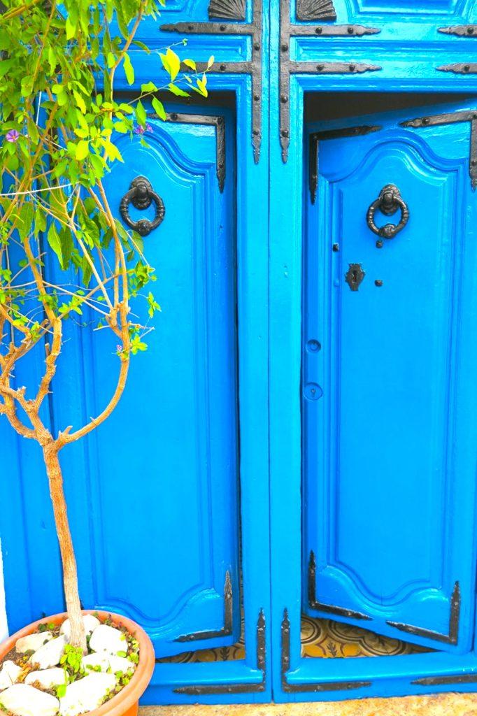 En blå dörr i den lilla spanska byn Frigiliana välkomnar.
