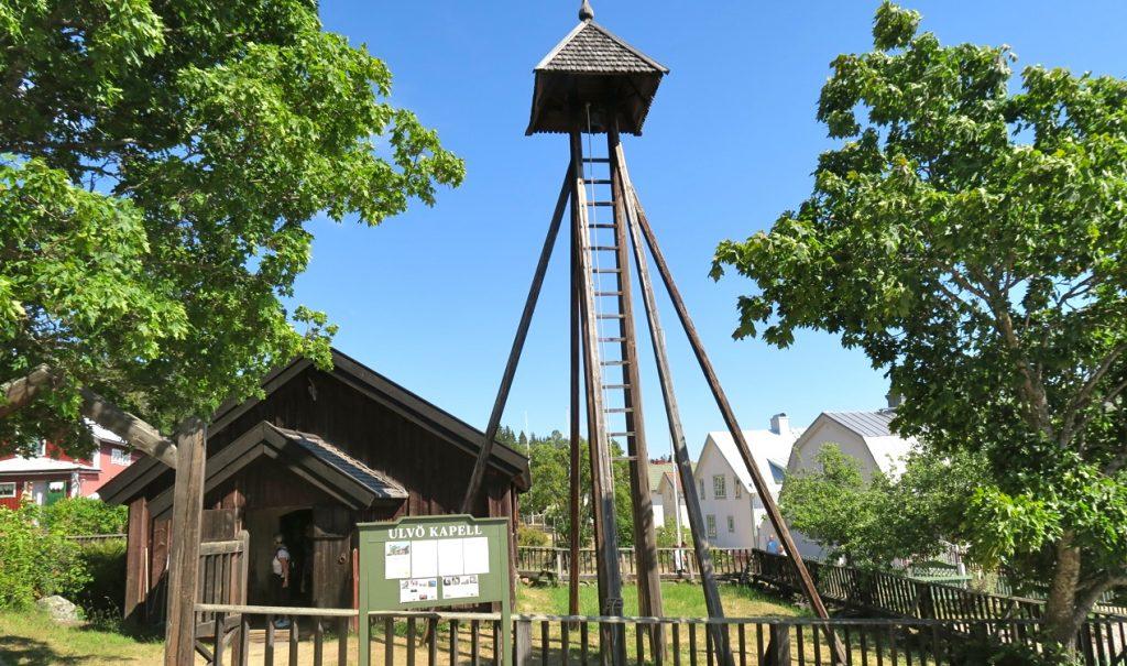 Det vackra kapellet på Ulvön är Norrlands äldsta träbyggnad