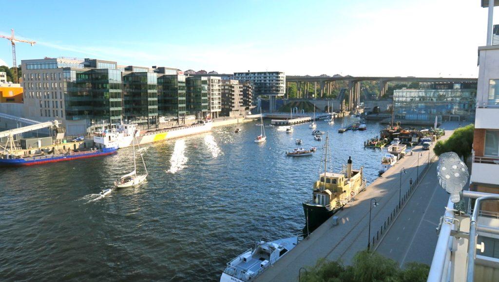 Mycket är det som händer i Hammarbykanalen en varm julikväll