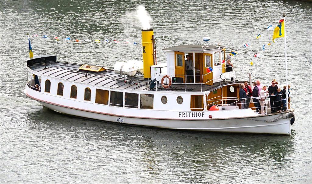 Ångan är uppe på ångslupen Frithiof. Här i Hammarbykanalen