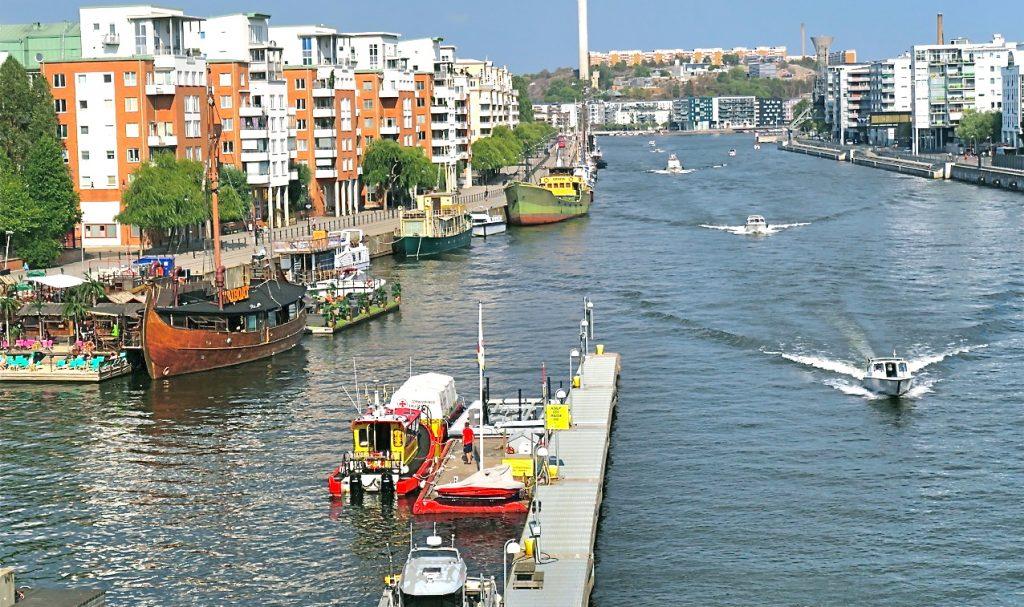 På väg över Skansbron för att se hur kajen blev på andra sidan Hammarbykanalen