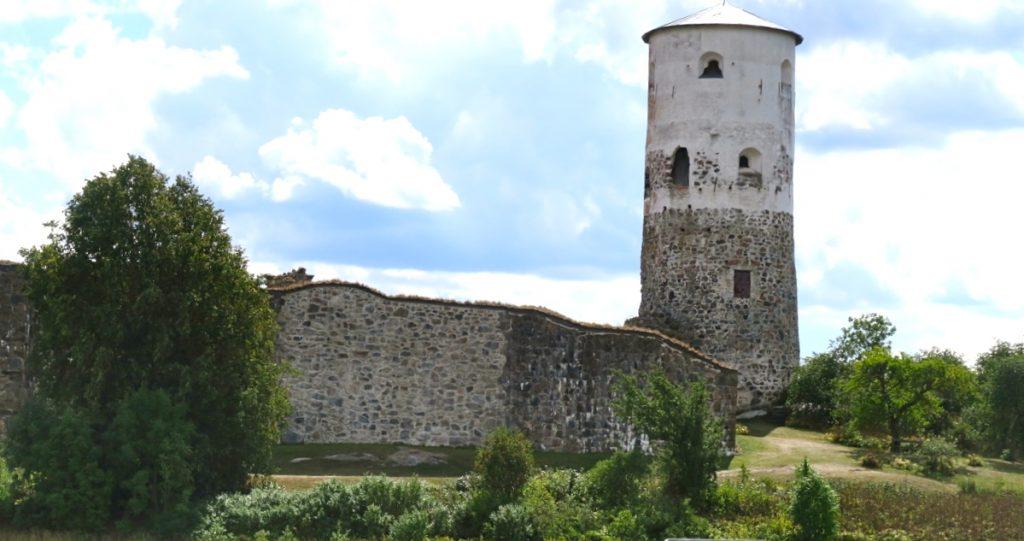 Ruinen Stegeborg passerade vi när vi körde söderut i Östergötland för att komma till Tyrislöt och där ta båten till Harstena.