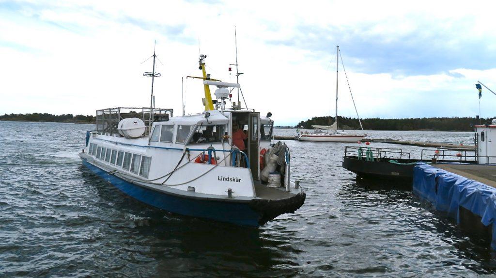 Båten Lindskär tog oss från Tyrislöt på fastlandet ut till Harstena i Gryts norra skärgård.