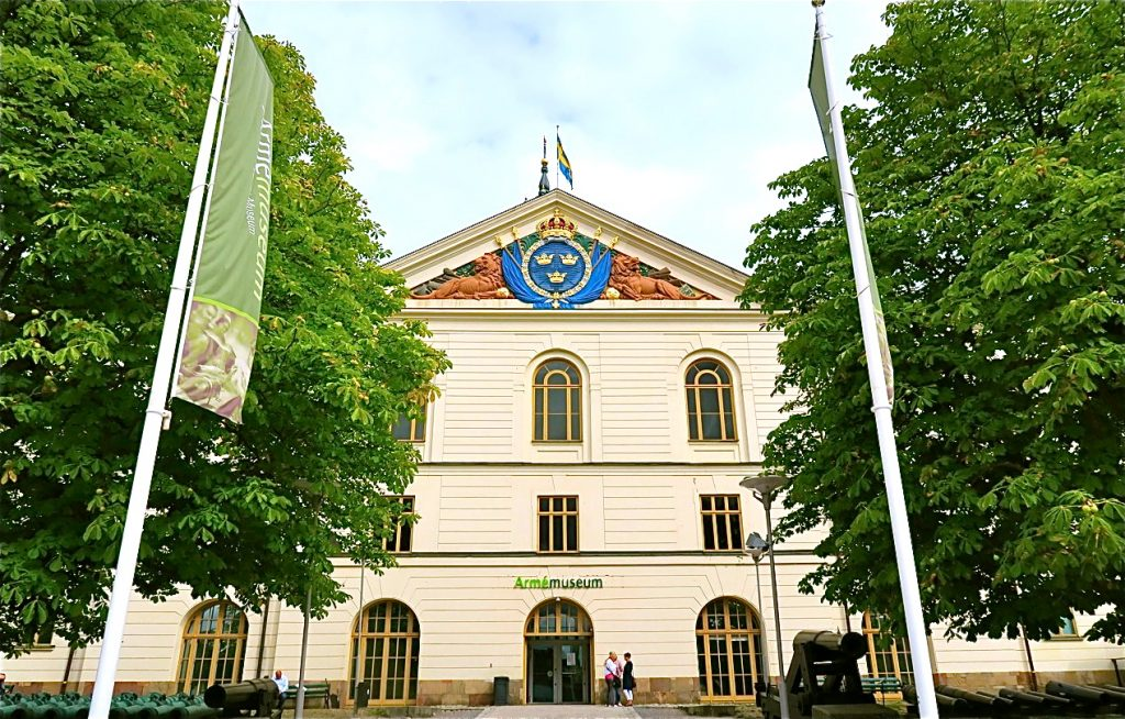 Armémuseum i Stockholm. Hit är vi inbjudna att göra en historisk resa i bokform.