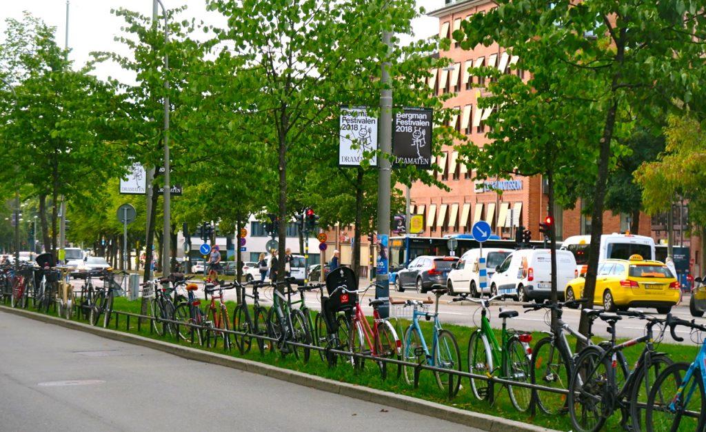 """LIka bra att ordna in sin cykel i denna """"gröna"""" cykelparkering på Ringvägen i Stockholm."""