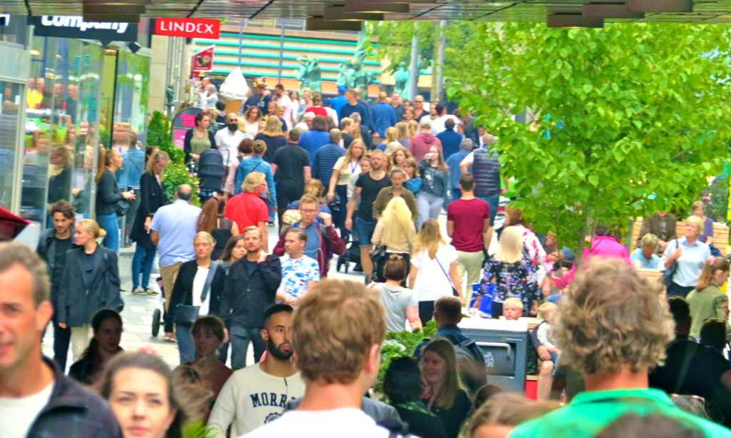Ett vimmel av människor i lördags i Stockholms city.