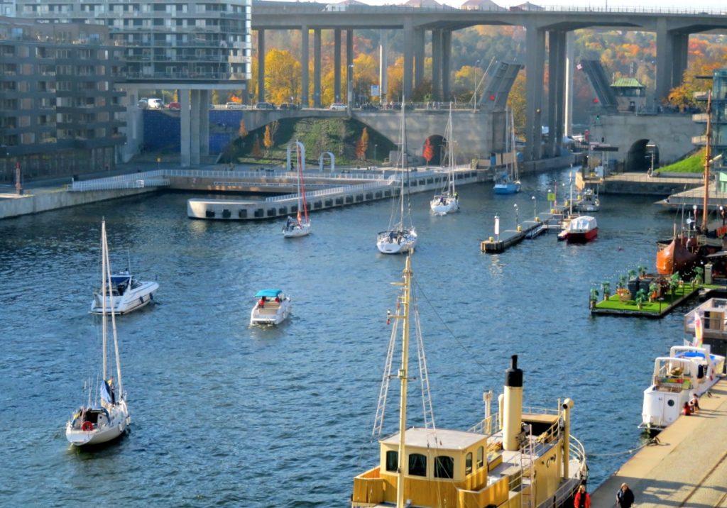 Sommarvärme var det i Stockholm den 14 oktober och många båtar på väg genom Hammarbyslussen.
