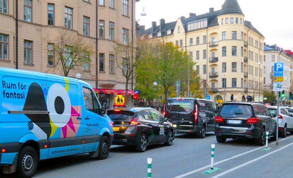 Gott om fordon är det i Stockholm. Här längs Götgatan på Södermalm.