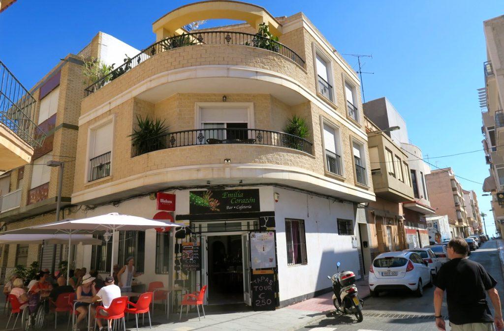 Bostadshusen varvas med barer och restauranger inne i Torreviejas centrum