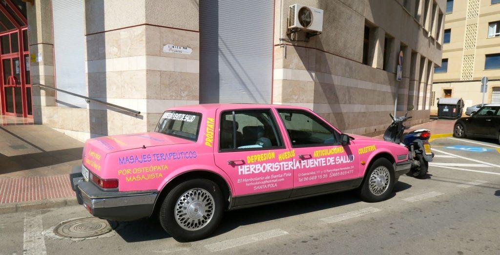 Mer eller mindre tydlig reklam. Men bilen syns.
