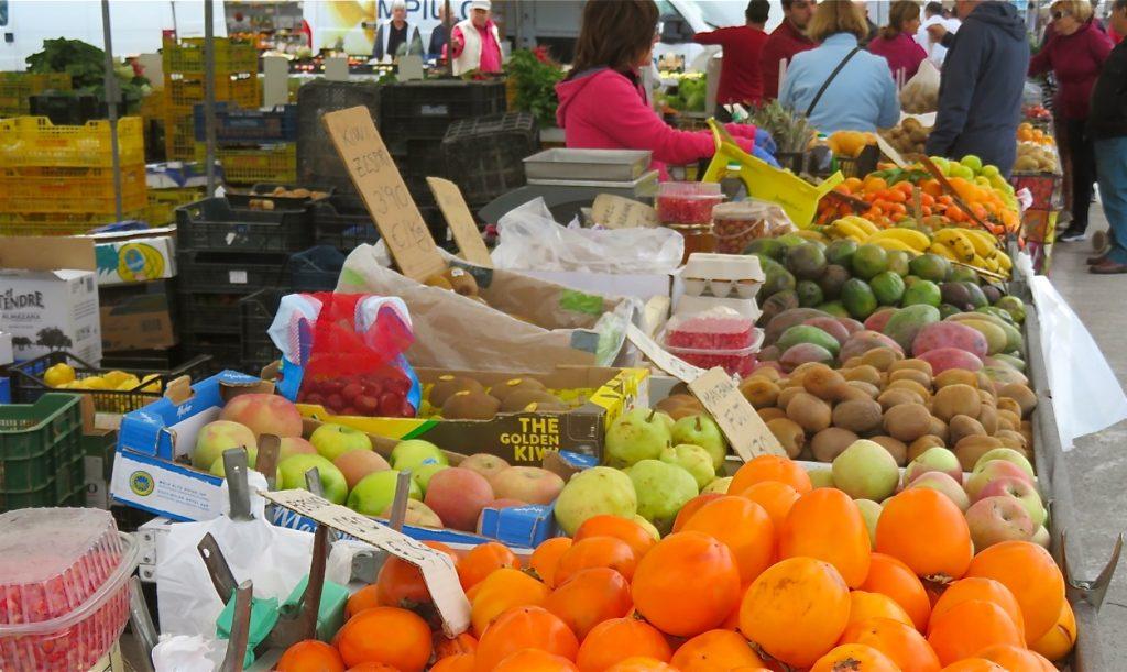 På denna marknad säljs mycket av det mesta och utbudet av frukt och grönt är stort.