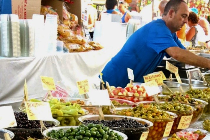 """Oliver, """"bordsoliver"""" till salu på marknaden i Torrevieja-"""