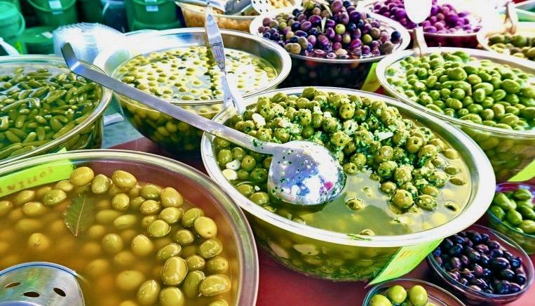 """Spanska oliver - här """"bordsoliver"""" som man äter smaksatta på olika sätt"""
